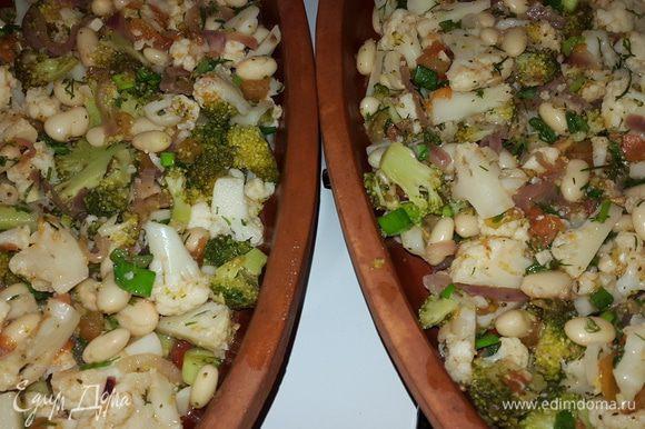 Тарелки предварительно замачиваем в холодной воде на 10 минут. Смазываем тарелки оливковым маслом и равномерно выкладываем полученный микс. Отправляем в холодную духовку, включаем на 200С и запекаем 15 минут.