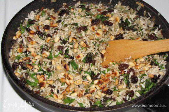 Обжарить орехи на сухой сковороде и добавить их к рису.