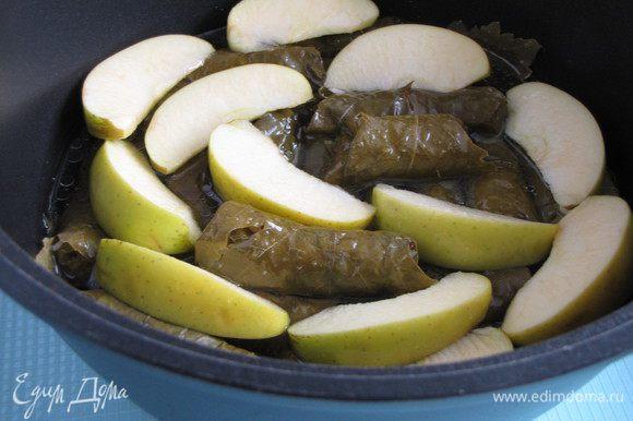 Между ними проложите нарезанные на крупные дольки яблоки. Смешайте 2 ст. л. оливкового масла, лимонный сок и 3 ст. воды, посолите и залейте долму.