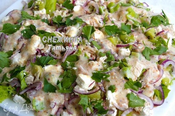 Распределяем заправку поверх салата. Сверху присыпаем кунжутным семенем. Салат готов! Заправку можно подать отдельно в соуснике.