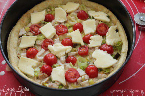 Сливки слегка взбить с яйцом, залить начинку и выложить кусочки моцареллы.