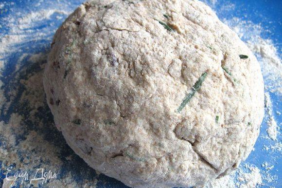 В центральной части муки сделать углубление. Туда налить пахту и перемешать. Выложить тесто на рабочую поверхность, хорошо присыпанную мукой, месить недолго: в течение 1 – 2 минут. Придать круглую форму.