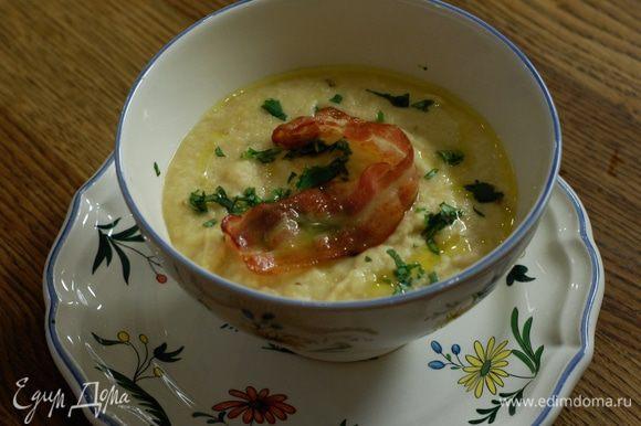 Готовый суп разлить в тарелки, посыпать кинзой и украсить ломтиками бекона.