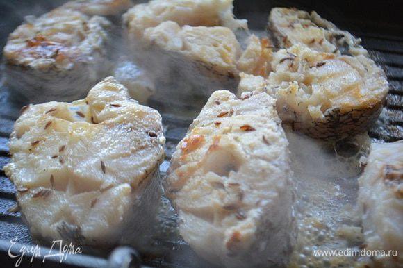 Обвалять рыбу в муке (я забыла про этот этап второпях) и обжарить с двух сторон до готовности.