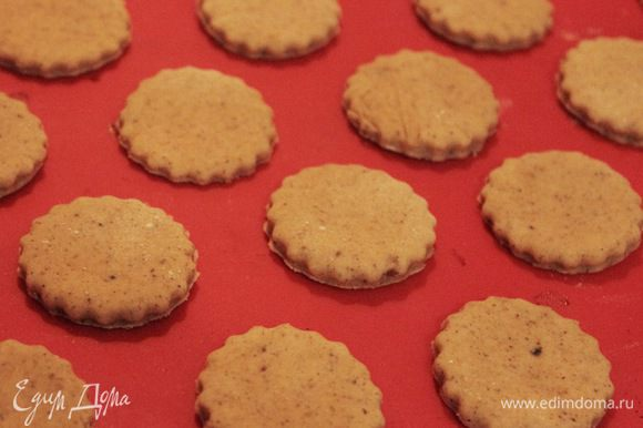 Охлажденное тесто нарезать кружочками толщиной 2-3 см и выпекать в разогретой до 180°C духовке 15 минут (до золотистого цвета). Готовое печенье остудить на решетке минут 10-15 и обвалять в сахарной пудре.