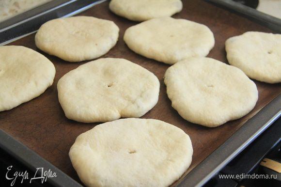 Пироги кладём на противень швом вниз. В центре пирога нужно сделать небольшое отверстие. Выпекать в разогретой духовке при 180-200*С до готовности. Это зависит от размера пирога. Мини-пироги выпекала минут 20.