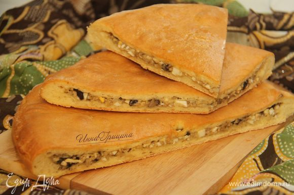 Пироги в Осетии имеют ритуальное значение: на стол принято подавать три пирога, они символизируют Солнце, Воду и Землю. Здоровья вам, мира и любви. Приятного аппетита!