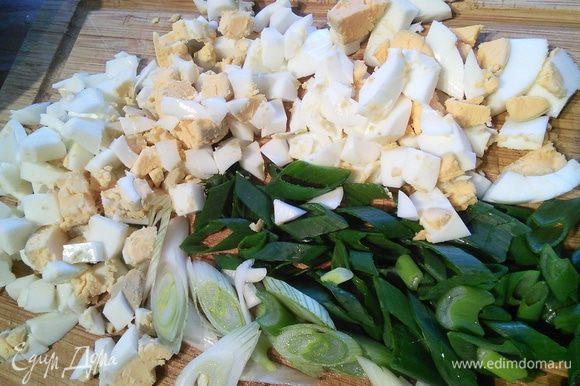 Яйца и зелёный лук мелко порубите.
