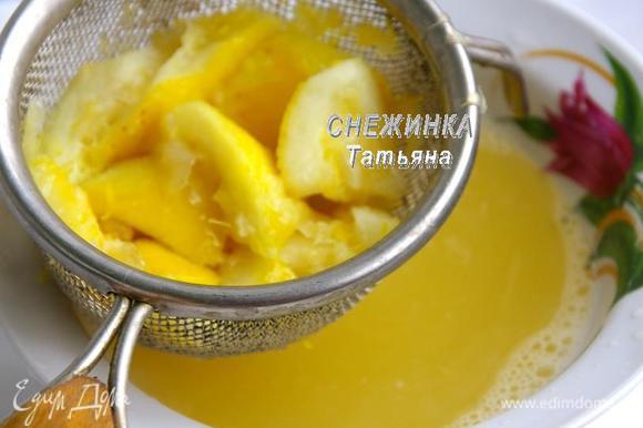 Наливаем к лимонам воду, ставим на огонь. Помешивая, чтобы растворился сахар, доводим до кипения. Снова воспользуемся толкушкой, чтобы выжать всё возможное с лимонов. Снимаем с огня, даём слегка остыть. Теперь процеживаем через сито, отжимая весь жмых.