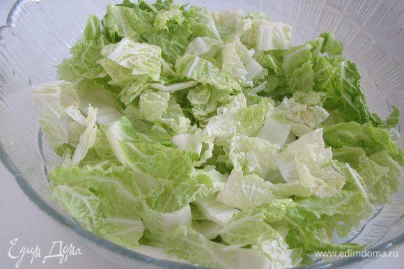 Пекинскую капусту нарезать не слишком мелко, избегать толстых стеблей. Выложить капусту в миску.