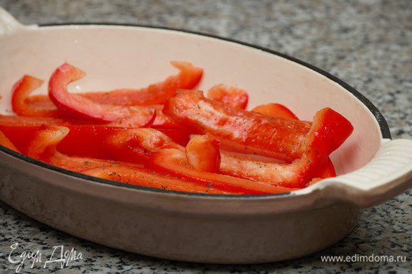 Болгарский перец очистить от семян, нарезать длинными сегментами, сбрызнуть оливковым маслом, приправить солью и перцем. Поставить в духовку, режим гриль на 3-4 минуты.