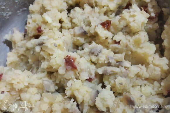 Затем соединить картофель с грибами и тщательно перемешать. Если нужно, немного посолить.