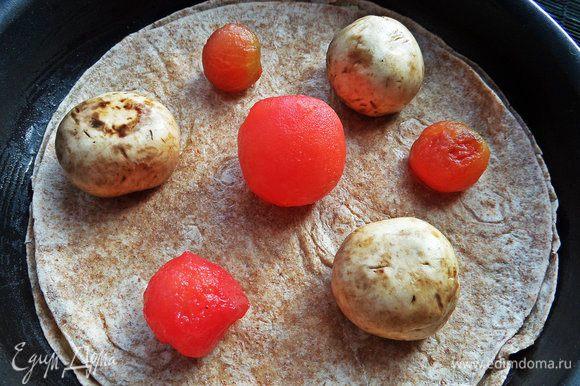 Но мы идём дальше! Накрываем второй тортильей и раскладываем мелкие томаты (можно крупные дольками) без кожицы и грибы.
