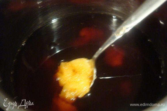 Сварить крепкий кофе, процедить, добавить мед и сахар. Поставить на огонь и немного прогреть пока не растворится сахар с медом.