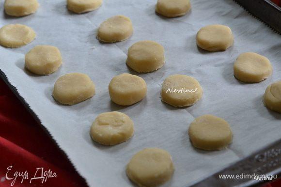 Вырезать формой для печенья или рюмкой небольшого диаметра, выложить на противень на расстоянии друг от друга, при выпечке тесто немного вырастит. Поставить в духовку разогретую на 180 гр.на 7-10 мин. Повторить также со вторым куском теста.