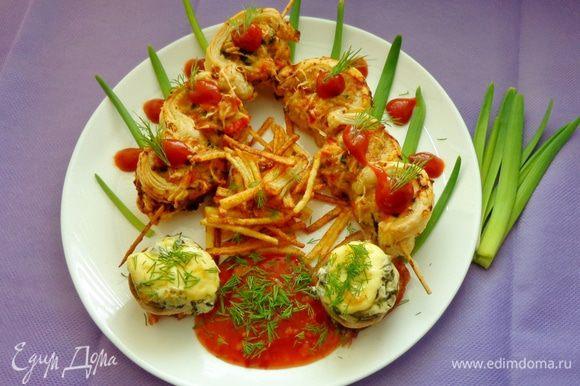 Готовые шарики в тесте выложить на тарелку, украсить по вкусу зеленью и соусом. Подавать с грибами и жареной картошкой. Приятного аппетита!