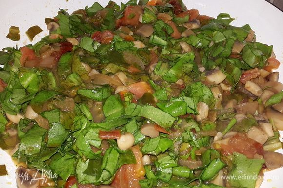 Соединяем щавель с грибами и помидорами, перемешиваем и тушим до мягкости. Солим, перчим, посыпаем сушеным базиликом.