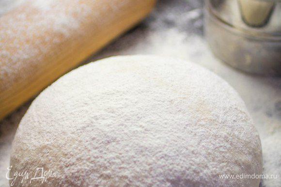 Сложить тесто в шар, накрыть полотенцем и оставить на 30 минут.