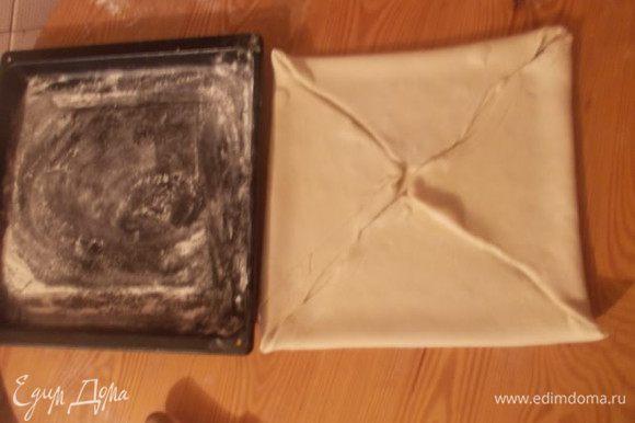 Раскатать нужно настолько, чтобы когда мы свернем его конвертом, он станет размером с противень.