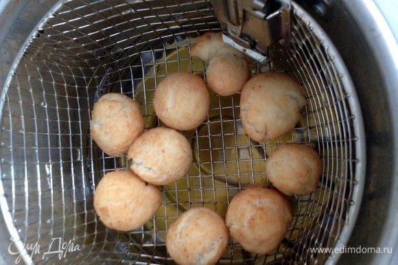 Подавать горячими, предварительно посыпав сахарной пудрой или полив медом.
