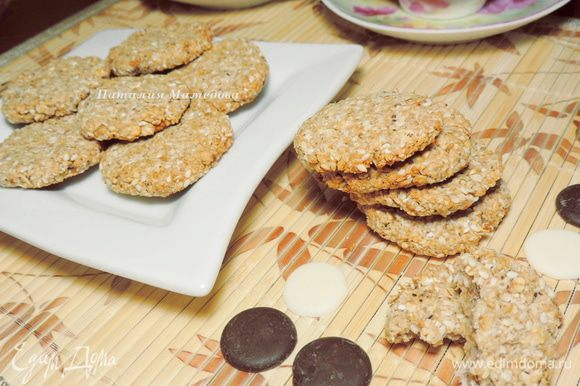Выпекаем печенье в разогретой до 200C духовке 15-20 минут. Хотите более мягкое печенье, держите в его духовке примерно 15 минут, хотите печенье посуше - примерно 20 минут до легкого зарумянивания.
