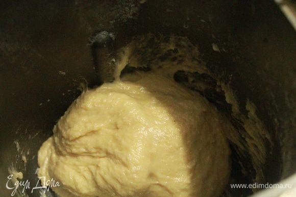 Затем добавляем размягченное сливочное масло и вымешиваем еще 10 минут. Тесто в итоге должно стать очень мягким, но не липким. Я добавила еще 2 столовые ложки с горкой муки (мука у всех разная, поэтому смотрите сами).