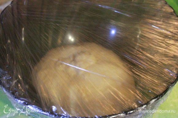 Затем перекладываем тесто в миску и затягиваем пленкой. Оставить тесто на 1 час при комнатной температуре. Тесто должно увеличиться в объеме в два (или чуть больше) раза.