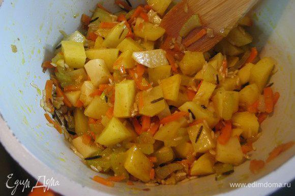 Рис и картофель промыть, слить воду и добавить к овощам. Добавить карри, соль, оставить на огне ещё на 2 минуты.