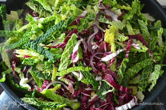Добавить нарезанные листовые овощи и клюкву.