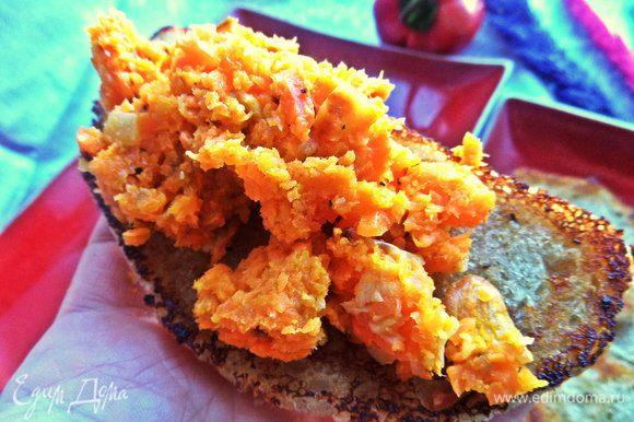 И намазываем паштет из моркови на хлебушек.