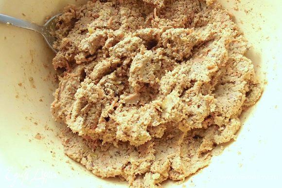 Смешать измельченную морковь и яблоки с ореховой смесью. Добавить корицу и мускатный орех. Тщательно перемешать.
