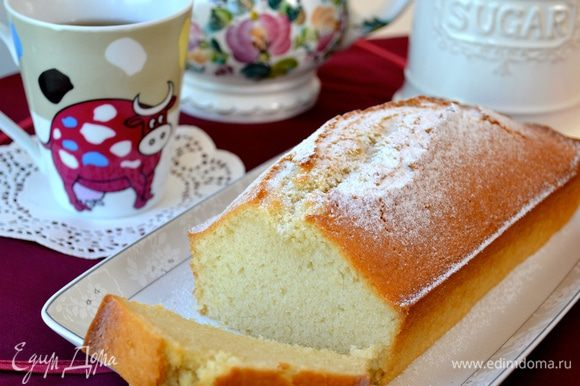 Готовый кекс остудить. Переложить на сервировочное блюдо и подавать, просто посыпав сахарной пудрой (как у меня), или полив шоколадной глазурью, или помадкой. Приятного Вам чаепития! )