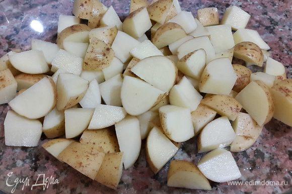 Некрупный молодой картофель тщательно моем и нарезаем небольшими кубиками