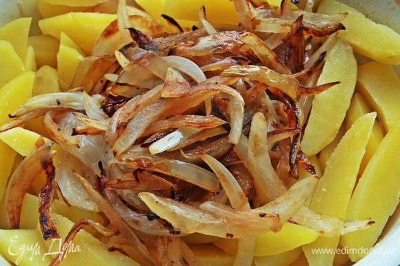 Высыпаем лук в картофель.