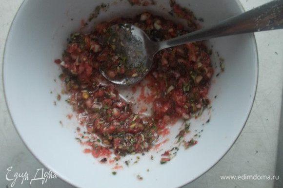Добавить соль по вкусу и прованские травки, все перемешать.