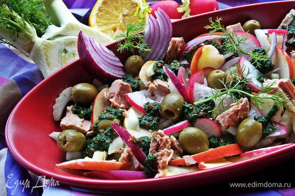 Перемешать заправку и разложить сверху на салатик хаотично.