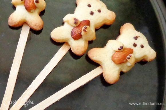 Готовых мишек также можно приклеить на палочки и получатся очень милые «лоллипопсы».