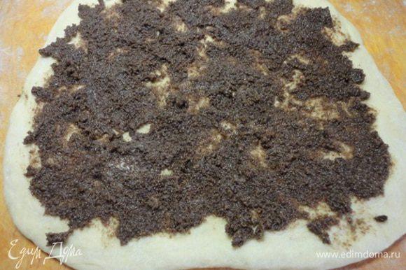 Тесто разделить на две части и раскатать в прямоугольные формы размером 20х30 см. Выложить начинку.