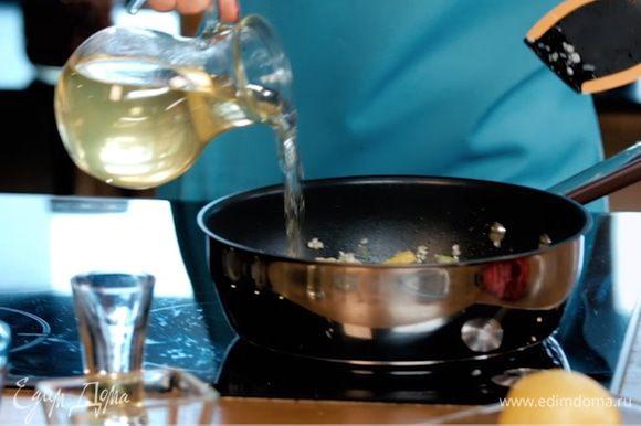Влить куриный бульон. Готовить 15 минут, до испарения бульона.