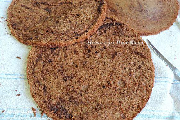 Остывший бисквит разрезать поперек на три пласта.