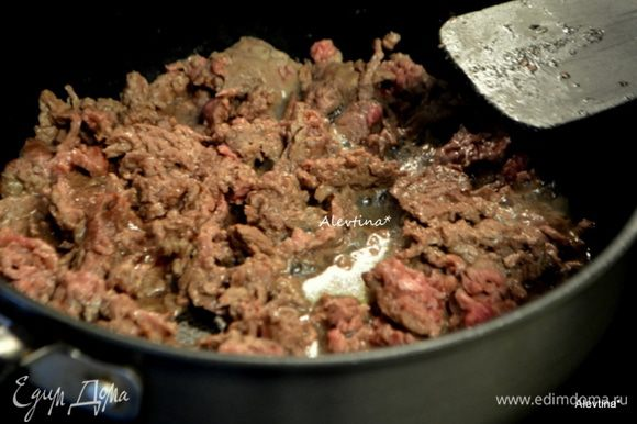 Обжарить на сковороде или в жаровне на растительном масле говядину мелко порезанную до коричневого цвета.