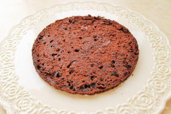 Остывший бисквит, разрезать на 4 части. Сборка торта.