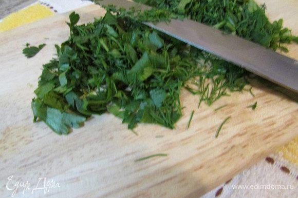 Зелень петрушки и укропа вымыть, обсушить и мелко нарезать.