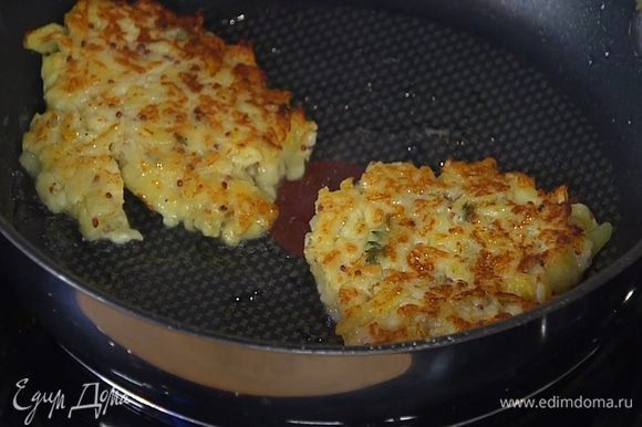 Разогреть в сковороде оставшееся масло и пожарить оладьи.