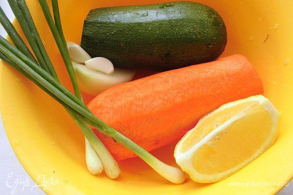 Вымыть и очистить овощи. Удалить семена из острого перца. Количество овощей у меня меняется практически каждый раз, потому что, например, кабачок может быть большего или меньшего размера. Обычно я кладу маленький кабачок, но тут он средний. Лимона должно быть 1/2 штуки, если он небольшой, или 1/4, если крупный.