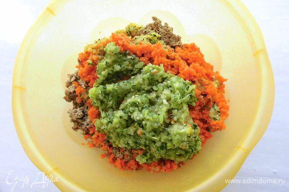 Слить воду с изюма и семечек, а затем промыть их. Пропустить через мясорубку все ингредиенты, кроме пряностей и льна. Для большей однородности лучше измельчить все 2 раза.