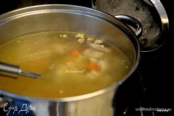 Петрушку, сельдерей, луковички выложить из бульона, они нам больше не нужны, бульон процедить, морковь порежем небольшими кусочками.