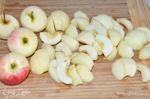 Включить разогреваться духовку до 180 градусов. Яблоки, лучше небольшого размера, сортов с явной кислинкой (у меня ранетки из маминого сада), очистить от кожуры. Разделить пополам, удалить серединку и разрезать еще на 3 части. Можно сбрызнуть лимонным соком, чтобы яблочки не потемнели.