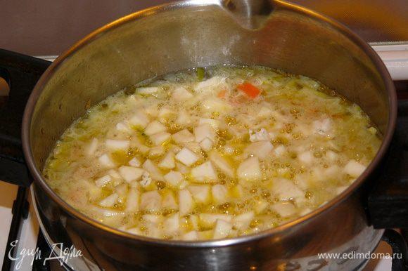 Залить содержимое кастрюли 500 мл кипятка. Добавить сельдерей и поварить под крышкой около 10 минут до готовности овощей.