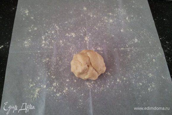 Раскатывать тесто желательно на бумаге, заранее припудренной мукой